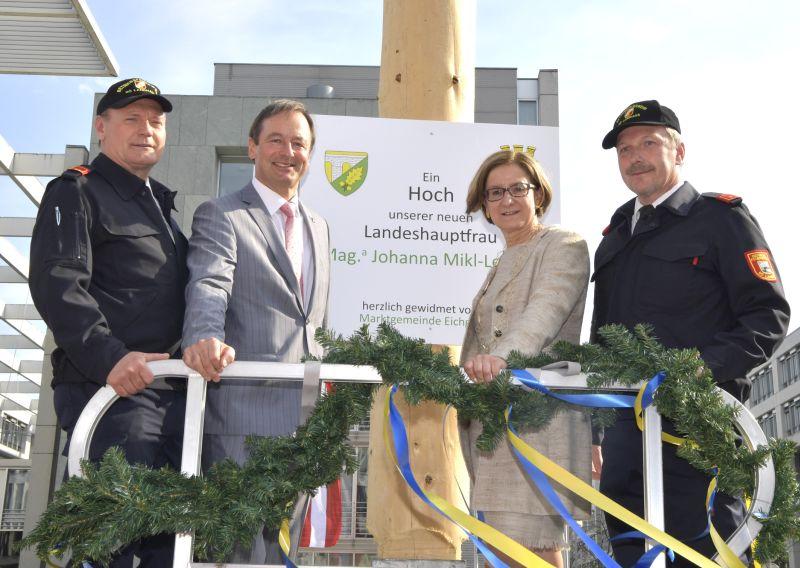 Erster Maibaum für Landeshauptfrau Johanna Mikl-Leitner